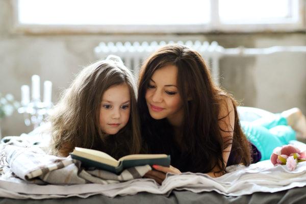 Девочка удивлена от истории в книге